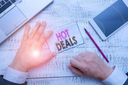 Photo pour Rédaction de main conceptuelle montrant Hot Deals. Concept signifiant Un accord par lequel l'un des paties est offert et accepte - image libre de droit