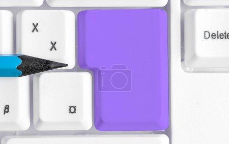 Photo pour Clé de clavier de PC avec le papier vide de note au-dessus de l'espace de copie - image libre de droit