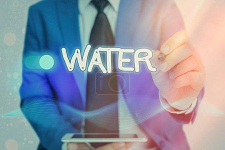 Foto de Escribiendo nota que muestra el agua. Concepto de negocio para tiene la capacidad importante de disolver muchas otras sustancias - Imagen libre de derechos