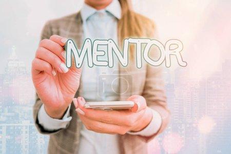 Photo pour Signe texte montrant Mentor. Texte de la photo d'affaires la personne qui forme et guide quelqu'un qui a le potentiel - image libre de droit
