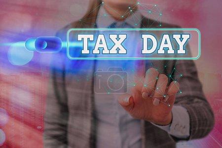 Photo pour Texte textuel Journée de l'impôt. Photo d'affaires montrant les montants dus pour l'impôt sur le revenu des particuliers qui doivent être soumis au gouvernement - image libre de droit