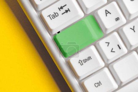 Photo pour Clavier PC blanc avec papier de note vide au-dessus de l'espace de copie de clé blanche - image libre de droit