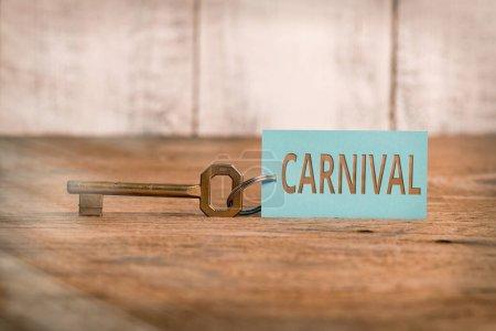 Photo pour Note d'écriture montrant le Carnaval. Concept d'entreprise pour les entreprises itinérantes offrant des divertissements, des expositions, etc. Accessoires en papier avec smartphone disposés sur un fond différent - image libre de droit
