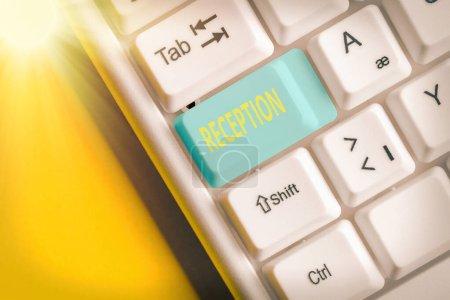 Photo pour Écriture de texte Réception. Photo d'affaires mettant en valeur le rassemblement social souvent dans le but d'étendre un accueil Touche clavier de couleur différente avec accessoires disposés sur l'espace de copie vide - image libre de droit