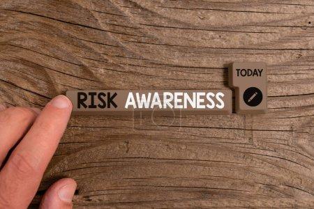 Photo pour Note d'écriture montrant la sensibilisation au risque. Concept d'affaires pour reconnaître les facteurs qui peuvent causer un effet potentiellement mortel Touche de clavier de PC de couleur différente avec accessoires sur fond vide - image libre de droit