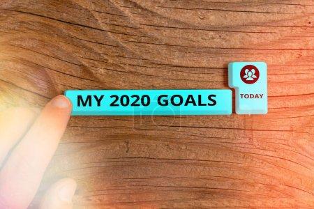 Photo pour Écriture manuscrite de texte Mes objectifs 2020. Photo conceptuelle définissant des objectifs ou des plans individuels pour l'année en cours Touche clavier PC de couleur différente avec accessoires sur fond vide - image libre de droit