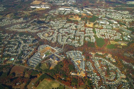 Photo pour Vue aérienne de maisons neuves dans des développements montrant cul de sacs et routes - image libre de droit