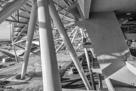 Foto de Samara, Rusia - febrero de 2018: construcción del estadio de la Copa del Mundo de Fútbol 2018. Foto en blanco y negro - Imagen libre de derechos