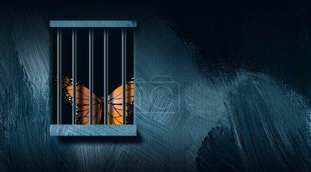 Photo pour Illustration graphique d'un papillon emblématique regardant par derrière une fenêtre du bar de la prison. L'art comprend les coups de pinceau. Art simple et dramatique pour divers concepts, y compris la justice, la solitude et la perte de liberté . - image libre de droit