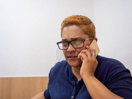 Photo pour Dame indienne à la mode parlant au téléphone. - image libre de droit