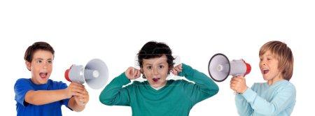 Photo pour Des enfants drôles criant à travers un mégaphone à son ami. Isolé sur fond blanc - image libre de droit