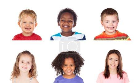 Foto de Diferentes niños riendo aislados sobre un fondo blanco - Imagen libre de derechos