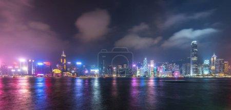 Photo pour Vue panoramique des toits de la ville Hong Kong dans la nuit - image libre de droit