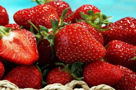 Photo pour Un bouquet de fraises fraîches crues. fruits frais de saison - image libre de droit