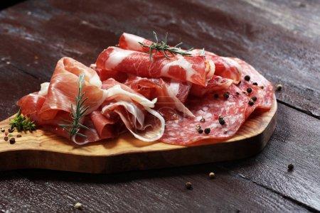 Bandeja de comida con delicioso salami, coppa, salchichas frescas y hierbas. Bandeja de carne con selección .