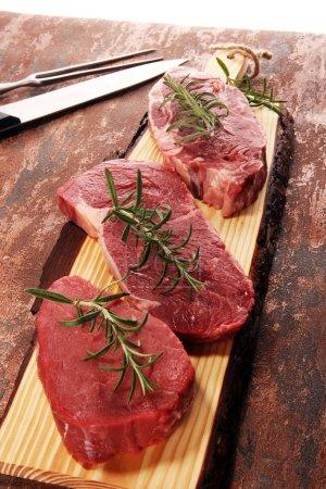 Photo pour Steak cru. Barbecue Rib Eye Steak, sec Aged Wagyu Entrecote. Variété de Raw Black Angus Prime steaks de viande Machete, Striploin, Rib eye, Filet mignon - image libre de droit