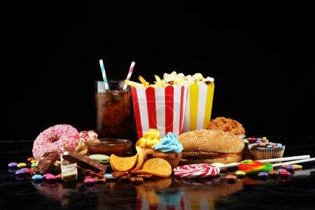 Foto de Productos poco saludables. comida mala para la figura, la piel, el corazón y los dientes. Surtido de alimentos de carbohidratos rápidos. - Imagen libre de derechos