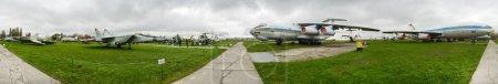 Photo pour KYIV, UKRAINE - 22 OCTOBRE 2013 : vue panoramique du musée de l'aviation de l'État de Zhuliany. Zhuliany State Aviation Museum est le plus grand musée de l'aviation en Ukraine. - image libre de droit