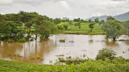 Photo pour Vue sur l'inondation au Malawi par temps nuageux - image libre de droit