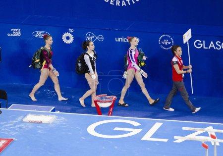 Photo pour GLASGOW, ROYAUME-UNI - 30 JUILLET : les gymnastes sont conduits vers les barres inégales chez les dames tout autour de la finale B aux Jeux du Commonwealth à SSE Hydro le 30 juillet 2014 - image libre de droit