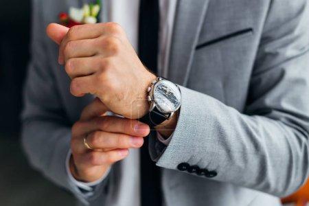 Photo pour Gros plan de la main du marié avec une montre-bracelet. montre élégante - image libre de droit