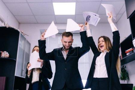 Photo pour Photo de l'équipe d'affaires heureuse célébrant la victoire au bureau - image libre de droit
