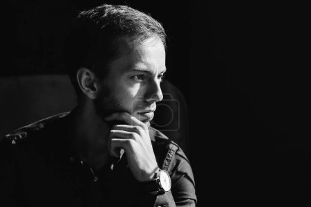 Photo pour Beau jeune homme. profil de l'homme barbu avec un visage sérieux sur photo noir et blanc. gros plan. - image libre de droit