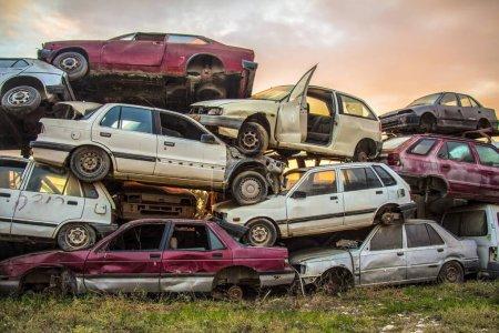 Photo pour Pile de vieilles voitures jetées sur le chantier. - image libre de droit