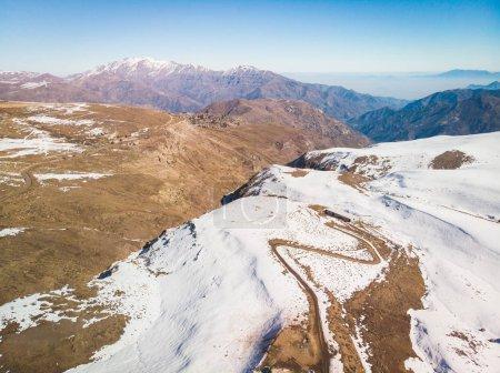 Photo pour Belle ville enneigée à la Cordillère des Andes où les gens vont des sports de neige - image libre de droit
