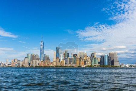Photo pour Vue panoramique sur Manhattan. New York, États-Unis. Immeubles de bureaux et gratte-ciel dans le Lower Manhattan (Downtown Manhattan)) - image libre de droit