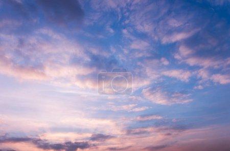 Photo pour Beau coucher de soleil ciel nuageux . - image libre de droit