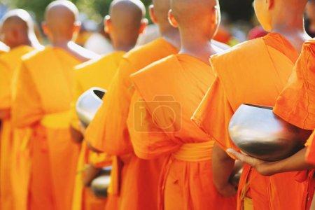 Photo pour Moine avec la main retenant donnent le bol d'aummes qui est sorti des offrandes le matin au temple bouddhiste, la tradition de site de patrimoine culturel et le bouddhisme de religion, asie du sud-est. - image libre de droit