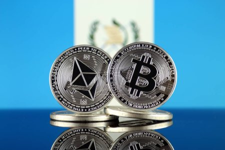 Photo pour Version physique de l'Ethereum (Eth), Bitcoin (Btc) et un drapeau du Guatemala. 2 cryptocurrencies plus importants en termes de capitalisation boursière. - image libre de droit