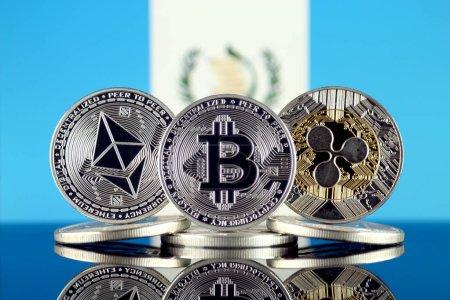 Photo pour Version physique de l'Ethereum (Eth), Bitcoin (Btc), Ripple (Xrp) et le drapeau du Guatemala. Cap des 3 Cryptocurrencies Albums par marché. - image libre de droit