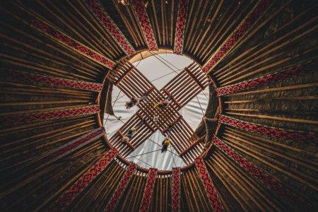 nationale traditionelle Dekoration der Jurtendecke. kasachstanisches Ornament. Vintage Weben von Mustern. Jurtendekoration. Holzrahmen mit Mustern als ethnischer Hintergrund, goldene Horde, Kasachstan.