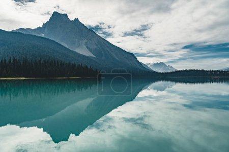 Photo pour Emerald Lake dans les Rocheuses canadiennes avec des montagnes, des lacs et des arbres. Concept de vacances actives et de tourisme. Photo prise au Canada . - image libre de droit