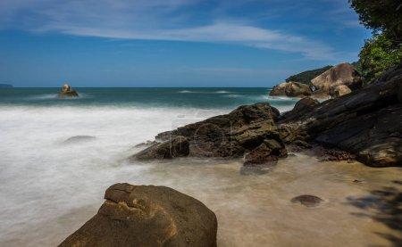 Photo pour Photo prise à Trindade, Brésil Août 2017 : Longue exposition Pedra da Praia do Meio. Praia do Cachadaco. Plage avec eau claire. Trindade, Paraty, Rio de Janeiro, Brésil - image libre de droit