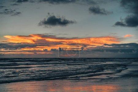 Photo pour Vue panoramique sur l'océan et ciel nuageux au coucher du soleil à Bali, indonésie - image libre de droit