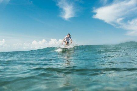 Foto de Masculino surfista en mar en la playa de Nusa Dua, Bali, Indonesia - Imagen libre de derechos