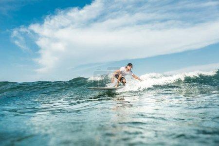 Foto de Vista de hombre surfer de olas en el océano en la playa de Nusa Dua, Bali, Indonesia - Imagen libre de derechos