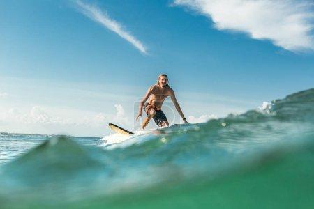 Foto de Nivel de superficie de camisa masculina surfer olas en el océano en la playa de Nusa Dua, Bali, Indonesia - Imagen libre de derechos