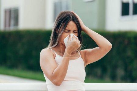 Photo pour Femme présentant un symptôme d'allergie nez soufflé - image libre de droit