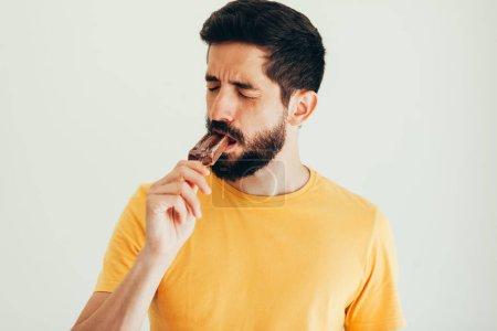 Photo pour L'homme a des dents sensibles avec de la glace sur fond blanc - image libre de droit