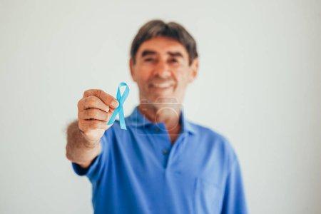Photo pour Sensibilisation au cancer de la prostate. Homme avec Ruban Bleu Léger pour supporter les personnes vivant et malades. Hommes Soins de santé et Journée mondiale du cancer - image libre de droit
