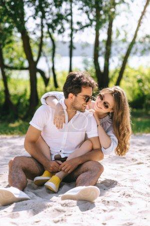 Photo pour Copain copine beau étreindre sur la ville de sandy beach - image libre de droit