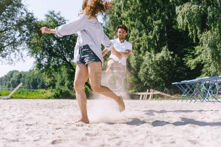 Foto de Sonriente pareja diversión y marcha en la ciudad de sandy beach - Imagen libre de derechos