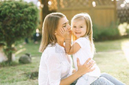 Foto de Vista lateral de la madre y la hija pequeña en patio - Imagen libre de derechos