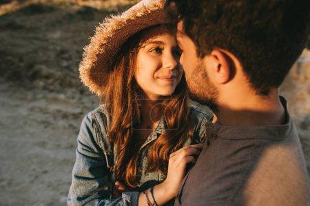 Photo pour Beau couple heureux câlin et regarder l'autre - image libre de droit