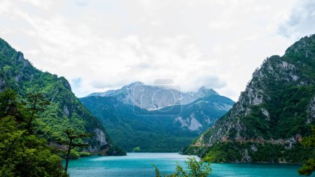 Photo pour Beau lac de Piva, montagnes et ciel nuageux au Monténégro - image libre de droit