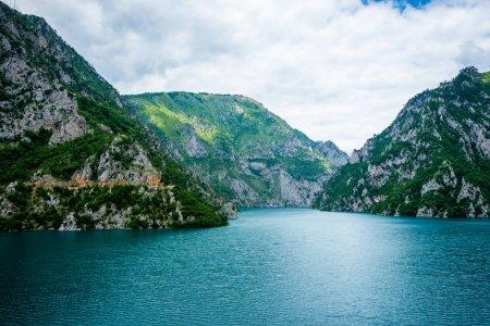 ruhiges blaues Wasser des Piva-Sees (Pivsko jezero) und der Berge in Montenegro